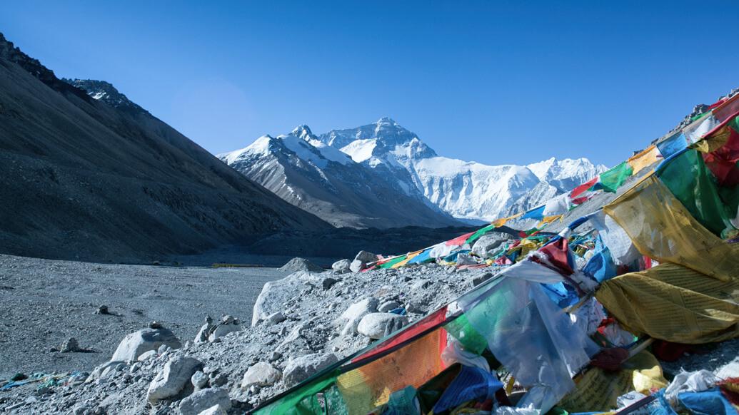 Meio Ambiente: Nem mesmo o Monte Everest escapa do plástico.