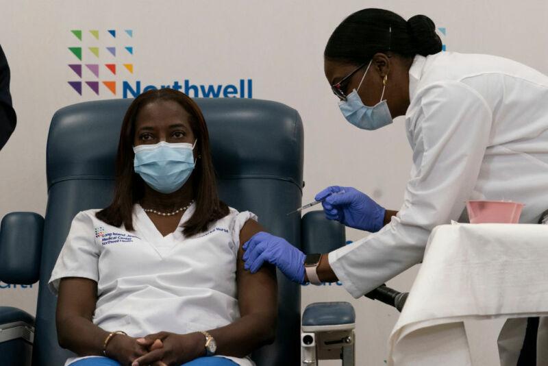 População dos EUA já começou a ser vacinada, saiba mais