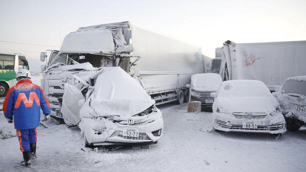 Japão: Empilhamento de 130 carros e uma morte por conta de tempestade de neve